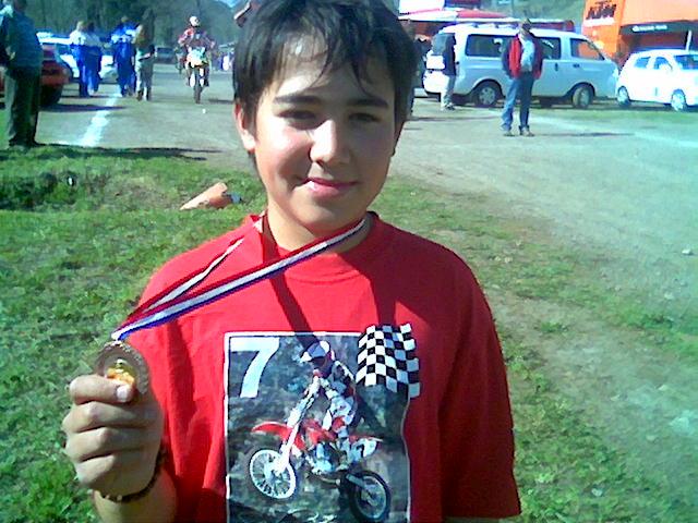 Sebastian con su medalla